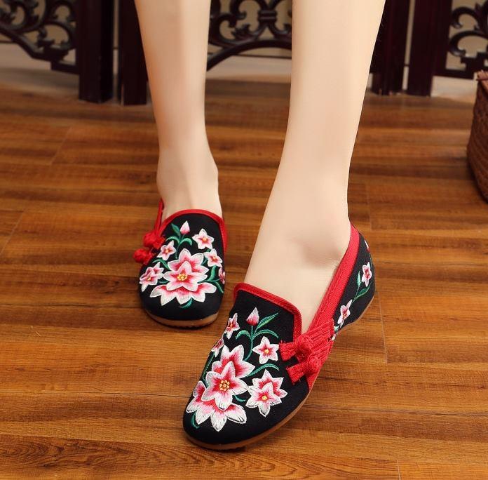 รองเท้าจีนลายดอกไม้ สีดำขลิบแดง