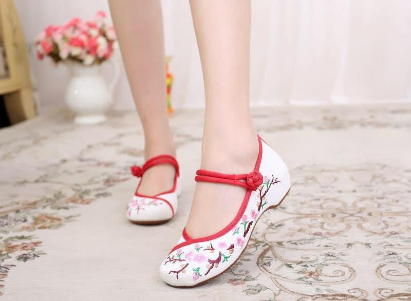 รองเท้าจีน ลายดอกขลิบแดง สีขาว ไซส์ใหญ่