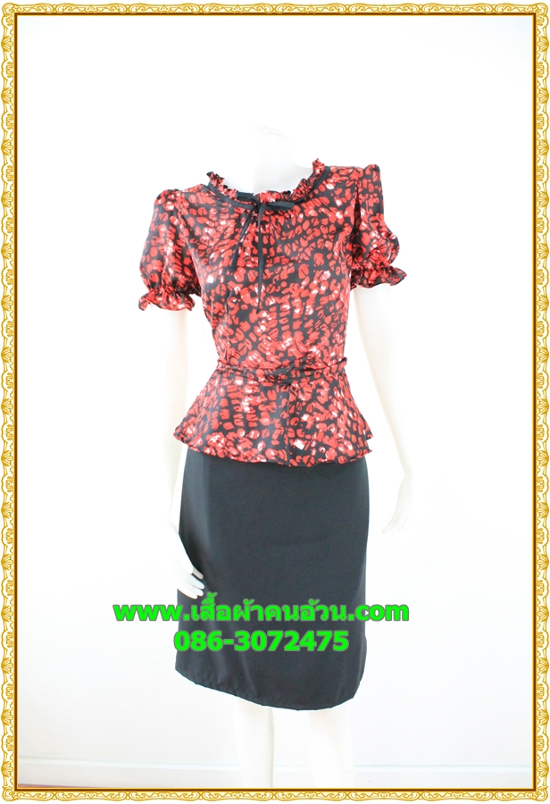 3071ชุดแซกทำงาน เสื้อผ้าคนอ้วน ผ้าเครปพิมพ์ลายกราฟฟิคสีแดงสดโดดเด่นด้วยระบายคอ แขนและระบายเอวทรงสุภาพเรียบร้อยชุดคู่กระโปรงดำพรางสะโพก