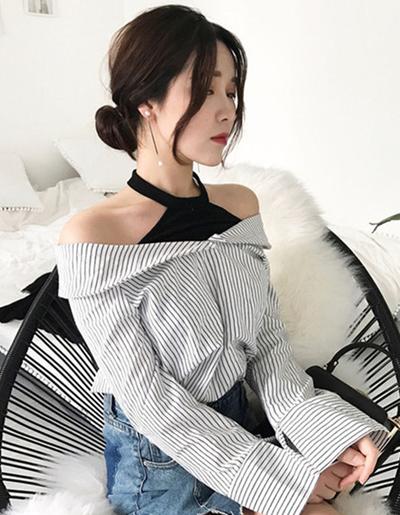เสื้อเชิ๊ตแฟชั่น แต่งสายคล้องคอโชว์ไหล่ สไตล์เกาหลี -1574-ลายทางดำเส้นเล็ก
