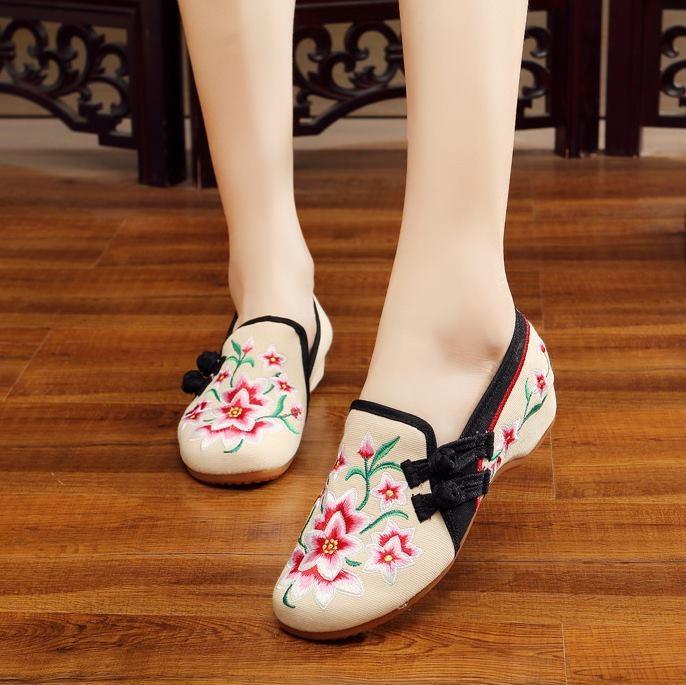 รองเท้าจีนลายดอกไม้ สีครีม