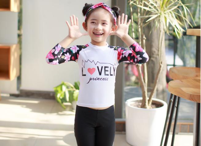ชุดว่ายน้ำเด็ก : ชุดเซ็ตเสื้อแขนยาวลายดอก สีขาว+กางเกงขายาว เด็ก