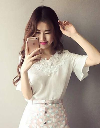 เสื้อแฟชั่นคอวีแขนสั้นแต่งคอผ้าลูกไม้ลายดอกไม้สวยหวานสไตล์เกาหลี-1602