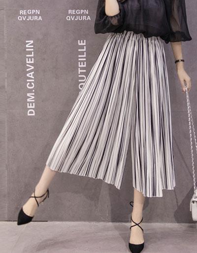 กางเกงพลีทแฟชั่น 5 ส่วน ลายทางขาวดำใส่ได้สวยทุกโอกาส รหัส 1692