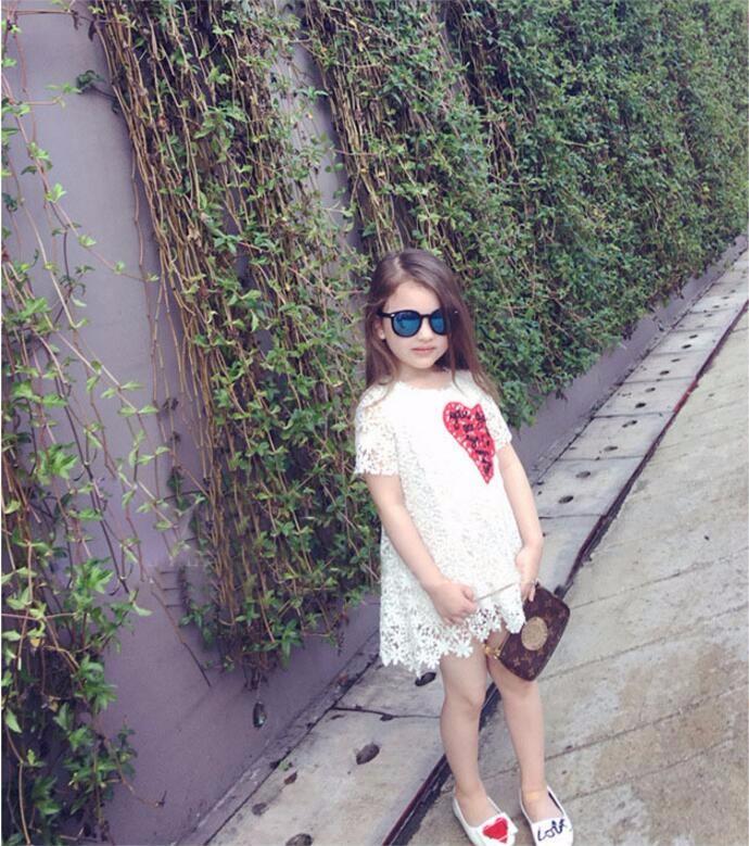 ชุดเด็ก : เดรสผ้าลูกไม้สีขาว แต่งหัวใจสีแดง