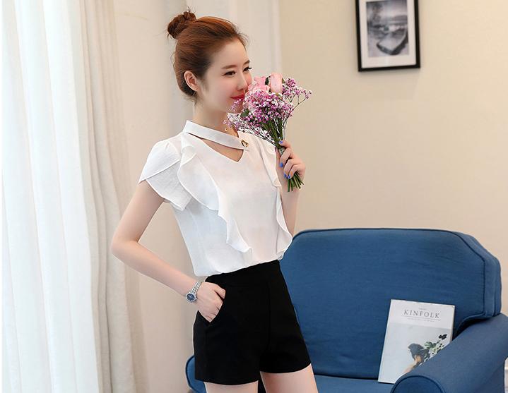 เสื้อแฟชั่นคอวี แต่งสายโช้คเก้อใส่ห่วงติดคอเสื้อดูเก๋ Korea stlye-1672-สีขาว