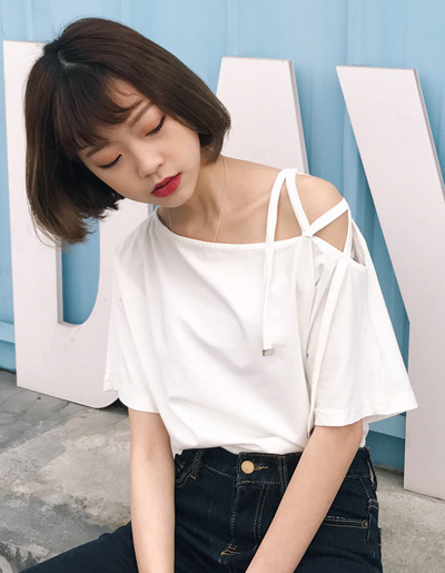 เสื้อครอปแฟชั่นดีไซน์เก๋ แต่งสายคาดไขว้แนวสาวเท่ห์ปนเซ็กซี่สไตล์เกาหลี รหัส 1600-สีขาว