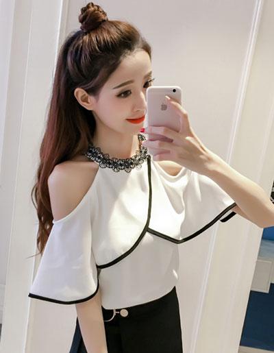 เสื้อแฟชั่นแต่งเว้าไหล่ คอเสื้อปักลูกไม้ สวยหวานสไตล์เกาหลี รหัส 1679-สีขาว