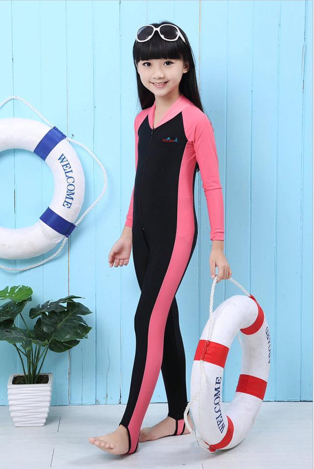 ชุดว่ายน้ำเด็ก : ชุดว่ายน้ำเด็ก : ชุดว่ายน้ำบอดี้สูท แขนยาวรัดส้น กันยูวี สีชมพู