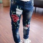 กางเกงยีนส์ขายาว แต่งดอกกุหลาบ
