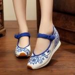 รองเท้าจีนลายดอกคาดน้ำเงิน สีขาว ไซส์ใหญ่