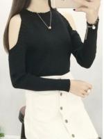 เสื้อแฟชั่นไหมพรมสีดำ คอกลม แขนยาวโชว์หัวไหล่