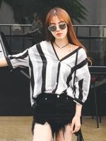 เสื้อแฟชั่น คอวี แขนสั้น ลายตรงขาวดำใส่เที่ยวน่ารักๆสไตล์เกาหลี-1483