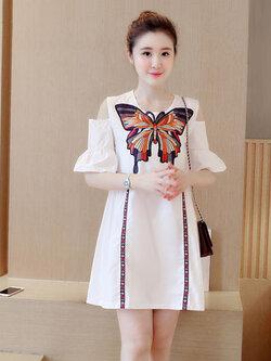 ชุดเดรสแฟชั่นสีขาวแขนสั้น โชว์ไหล่ แต่งผ้าปักลายผีเสื้อสวยหวานสไตล์เกาหลี รหัส 1797