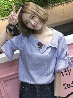 เสื้อแฟชั่นคอปกเฉียงแขนผูกโบว์ปักดอกกุหลาบสีแดงสุดน่ารักสไตล์เกาหลี รหัส 1626-สีน้ำเงิน