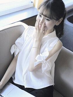 เสื้อแฟชั่นสีขาว คอปกแขนสั้นผ่าช่วงไหล่แต่งสายผูกโบว์น่ารักสไตล์เกาหลี รหัส 1624