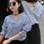 เสื้อแฟชั่นคอวีลายริ้วสีขาวน้ำเงิน แต่งสายรัดแขนเก๋ๆ สไตล์เกาหลี รหัส 1739 thumbnail 1