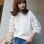เสื้อยืดแฟชั่นสีขาว คอกลมแต่งแขนผ้าตาข่ายปักลายดอกไม้-1423 thumbnail 1