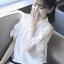 เสื้อแฟชั่นสีขาว คอปกแขนสั้นผ่าช่วงไหล่แต่งสายผูกโบว์น่ารักสไตล์เกาหลี รหัส 1624 thumbnail 1