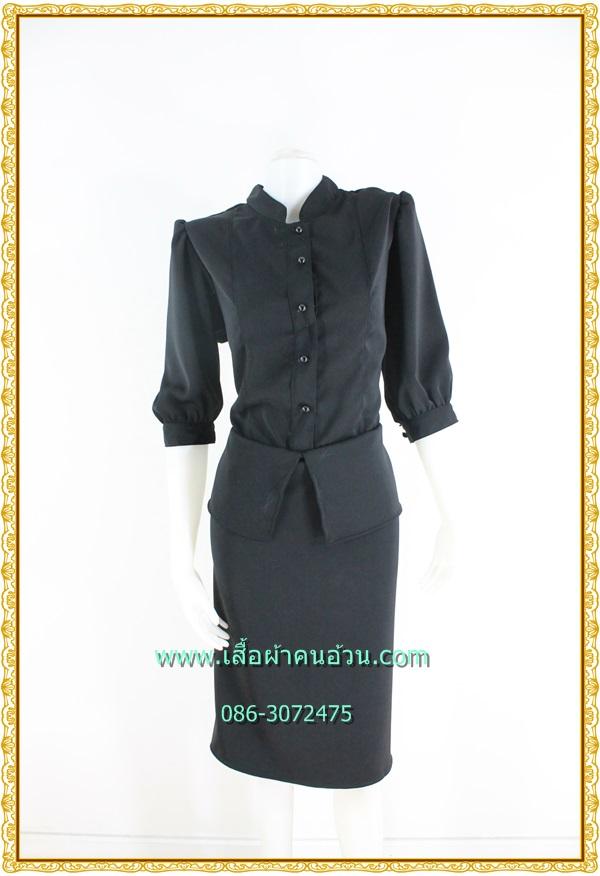 3219ชุดเดรสทรงไทยจิตรลดาสีดำ แบบเสื้อเย็บติดกระโปรงแต่งระบายชายเอวพรางหน้าท้องผ้าโซล่อน มีความเงาเล็กน้อย แขนตุ๊กตายาวคลุมศอกชุดยาวครึ่งแข้ง